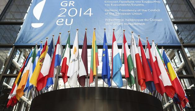 Las banderas de los países miembros de la Unión Europea ondean en la entrada principal del edificio del Consejo Europeo en Bruselas, Bélgica