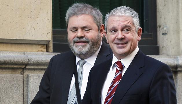 El presunto número dos de la trama Gürtel, Pablo Crespo (dcha.), acompañado de su abogado, Miguel Durán, a su llegada a la Audiencia Nacional