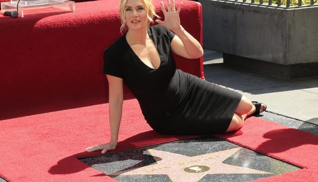Kate Winslet junto a la estrella número 2.520 del Paseo de la Fama de Hollywood