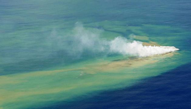 Erupción de un volcán submarino en Japón