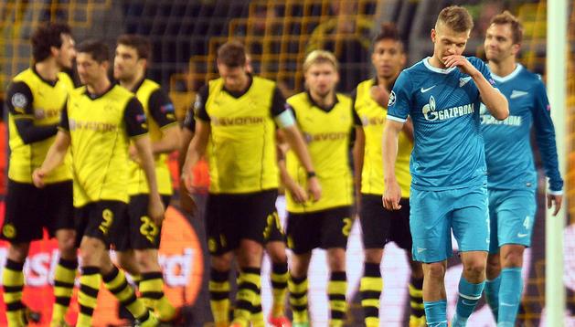 El jugador del Zenit de San Petesburgo Oleg Schatow (dcha.) gesticula mientras los del Borussia Dortmund celebran el gol