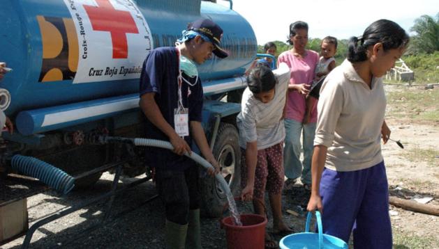 Cruz Roja lleva agua a zonas en las que hace falta