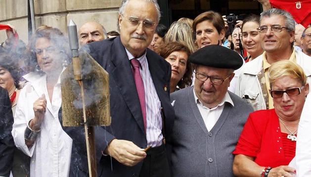 Imagen de julio de 2012 con el alcalde de Bilbao, Iñaki Azkuna, lanzando el chupinazo de San Fermín desde el Café Iruña deBilbao