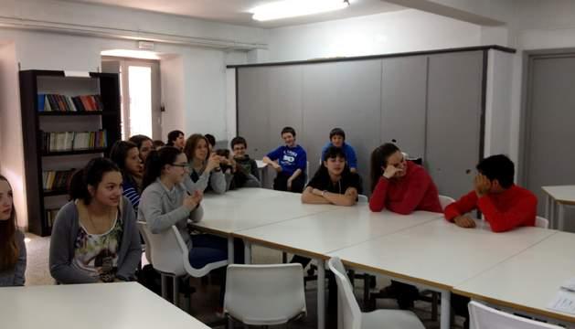 Diario de Navarrako kazetaritza lehiaketan parte hartzen duten Labiaga ikastolako ikasleak.