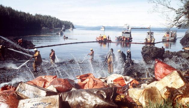 Varios trabajadores limpian las rocas con vapor mientras retiran petróleo de la costa tras el vertido derramado del buque Exxon Valdez en el estrecho del príncipe Guillermo en Alaska el 28 de marzo de 1989