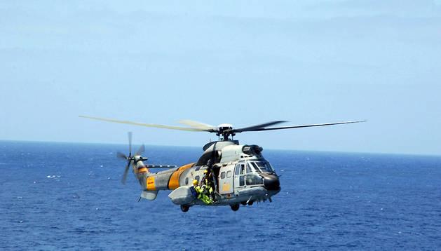 Fotografía de archivo de un helicóptero Super-Puma del Servicio Aéreo de Rescate (SAR) del Ejército del Aire igual al accidentado en Canarias.