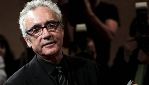 Juan José Millás, recogiendo el VII Premio Internacional de Periodismo Manuel Vazquez Montalban en mayo de 2011