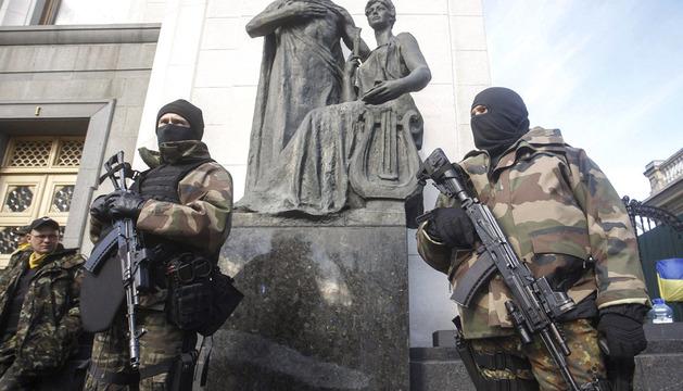 Tropas de autodefensa frente a la Rada Suprema de Kiev (Ucrania)