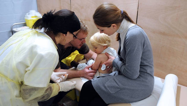 Un niño en el momento de ser vacunado