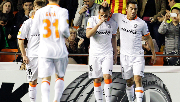 El delantero del Valencia Paco Alcácer (2º por la dcha.) recibe la felicitación de su compañero, el chileno Eduardo Vargas (dcha.), tras marcar el único primer gol del partido ante el Ludogorets