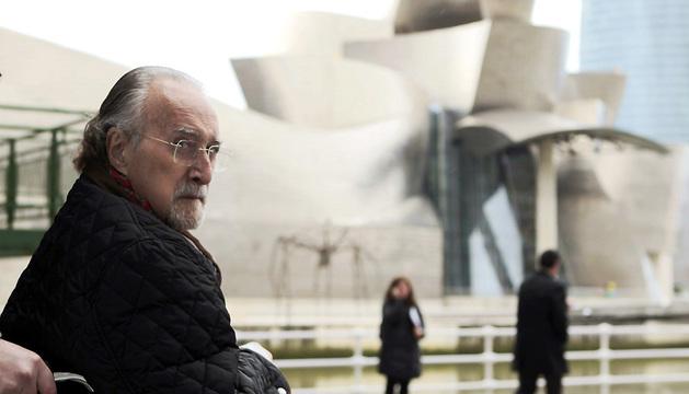 El alcalde de Bilbao, Iñaki Azkuna, ante el museo Guggenheim en enero de este año.