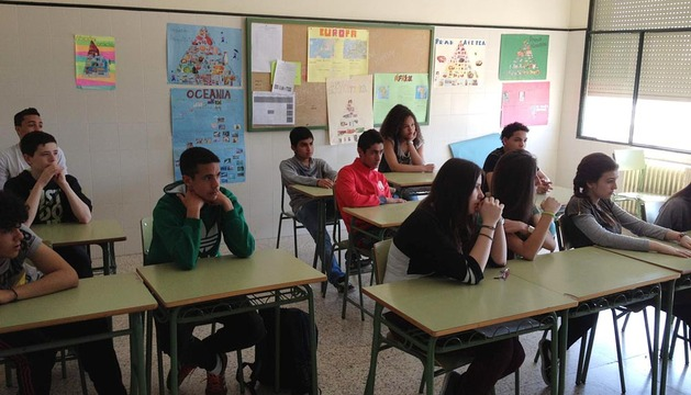 Los estudiantes participantes en el concurso, escuchan al periodista de Diario de Navarra