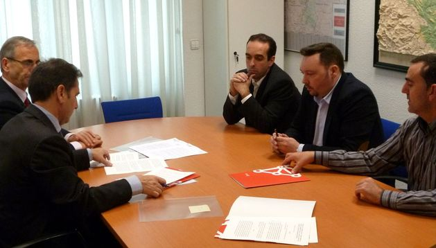 Momento de la firma del convenio entre Policía Foral y Escuela de Seguridad de Navarra