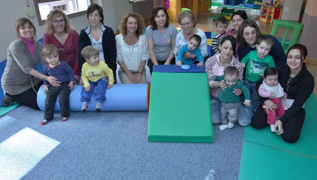 Algunas de las participantes en el taller Tiempo para la Familia, que se lleva a cabo en el centro municipal de Servicios Sociales de Burlada