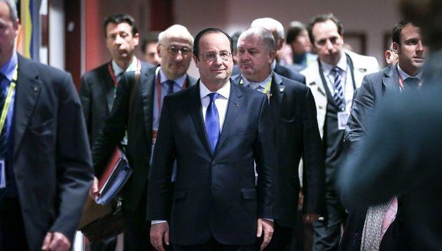 El presidente francés Francois Hollande (centro) camina antes de participar en una conferencia de prensa de la Cumbre de la UE