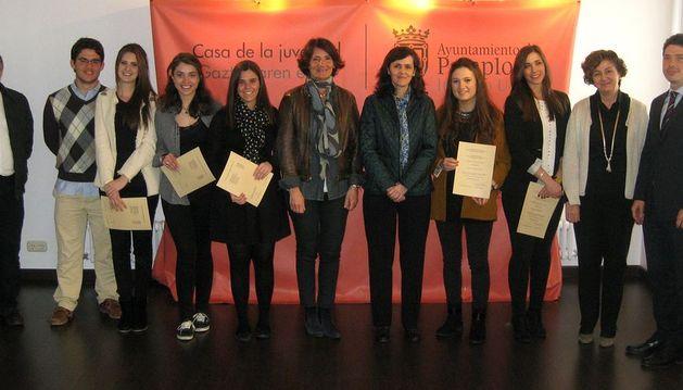 Los estudiantes posan con sus diplomas tras el acto de entrega en la Casa de la Juventud