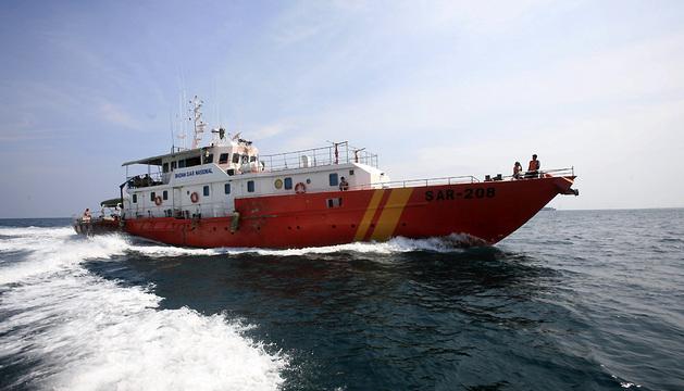 Una embarcación de los Servicios de Rescate y Salvamento (SAR) de Indonesia abandona las aguas del estrecho de Malaca