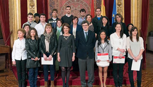 Barcina y el consejero Iribas, con los alumnos premiados