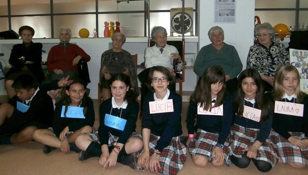 Niños y mayores participantes en el encuentro intergeneracional llevado a cabo en Tudela