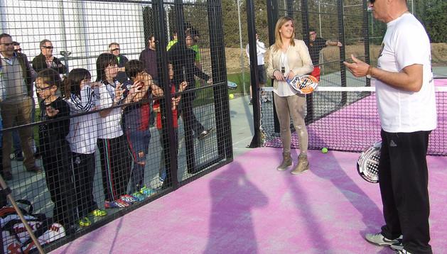 Berta Pejenaute, al fondo, con varios niños, en la inauguración