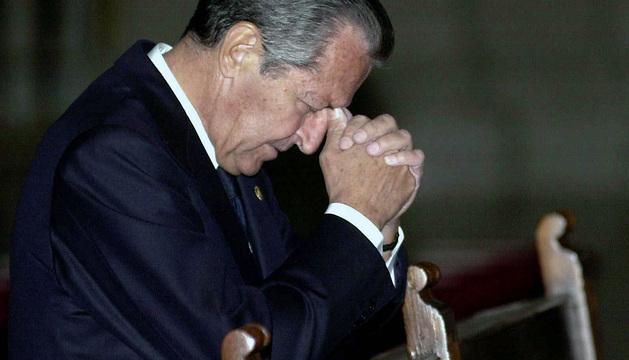 Adolfo Suárez reza en la basílica del Real Monasterio de San Lorenzo de El Escorial durante la boda de Ana Aznar y Alejandro Agag.