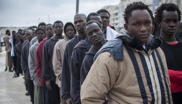 Decenas de inmigrantes subsaharianos camino del Centro de Estancia Temporal (CETI) de Melilla.