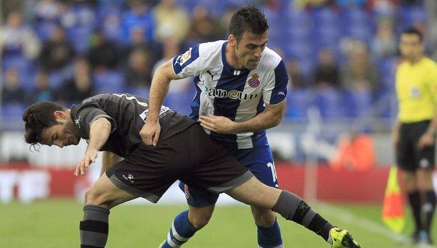 Rafael Fuente y Rubén García luchan por la pelota en el Espanyol-Levante