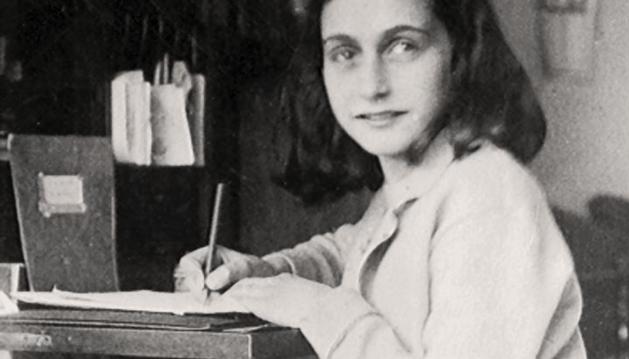 Ana Frank escribiendo su diario