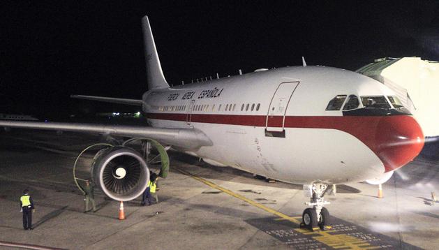 Los operarios trabajan en el avión Airbus A310 de la Fuerza Aerea español en el aeropuerto de Santo Domingo