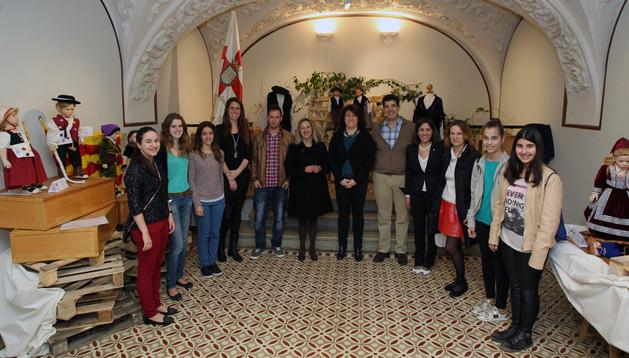 Autoridades y miembros del grupo de danzas de Tudela en la apertura de la muestra
