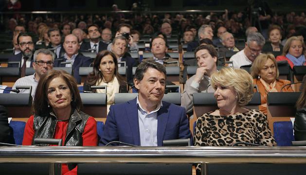 Fotografía facilitada por el PP de la alcaldesa de la capital, Ana Botella; el presidente de la Comunidad de Madrid, Ignacio González, y la presidenta de los populares madrileños, Esperanza Aguirre.