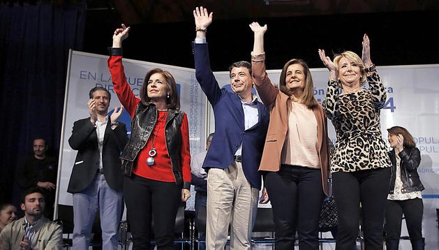De izda. a dcha., Ana Botella, Ignacio González, Fátima Báñez y Esperanza García durante el acto del PP en Madrid