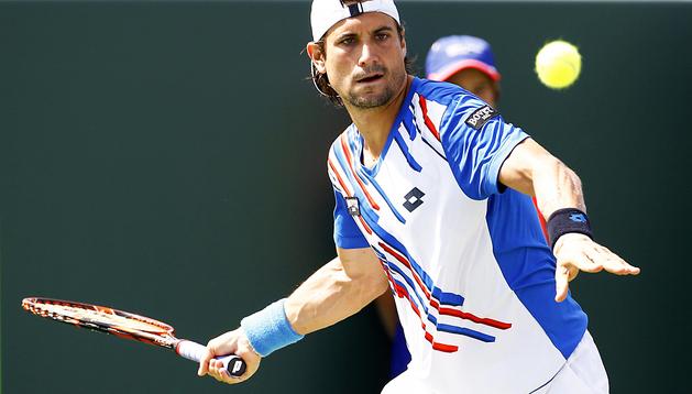 El tenista español, David Ferrer, devuelve la pelota al ruso, Teymuraz Gabashvili,