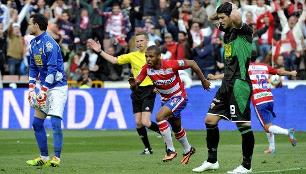 Brahimi da los tres puntos al Granada y complica al Elche