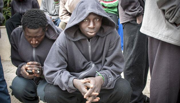 Un inmigrante aguarda en el CETI de Melilla