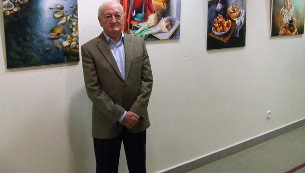 César Ridruejo, junto a varias de las obras expuestas en Castejón