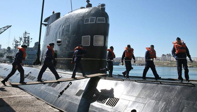 Marinos rusos abordan un submarino ucraniano