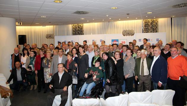 Los homenajeados en el acto posaron junto a la presidenta de UPN, Yolanda Barcina, tras haber recibido sus respectivas placas conmemorativas