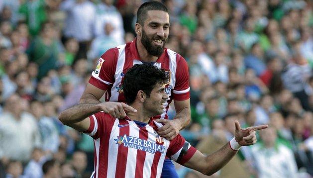 Diego Costa celebra con Arda Turán su gol ante el Betis