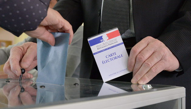 Un elector emite su voto este domingo en las elecciones municipales francesas.