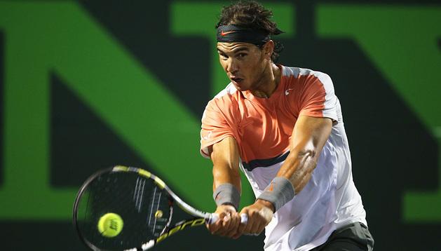 Rafa Nadal devuelve una bola a Hewitt en el Masters 1000 de Miami