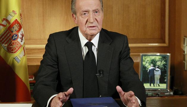 El rey Juan Carlos durante el mensaje que ha ofrecido tras conocer el fallecimiento del expresidente del Gobierno Adolfo Suárez, a los 81 años.