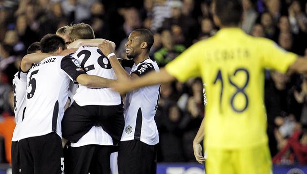 Los jugadores del Valencia celebran uno de los goles de Javi Fuego