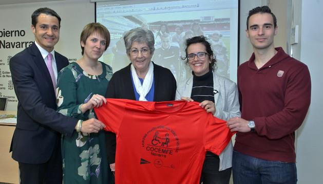 Roberto Sanz (El Corte Inglés), Teresa Fernández (Caja Rural), Begoña Gómez y Edurne Jáuregui (Cocemfe) y Aitor Royo (Fundación Osasuna) presentaron ayer el cross.