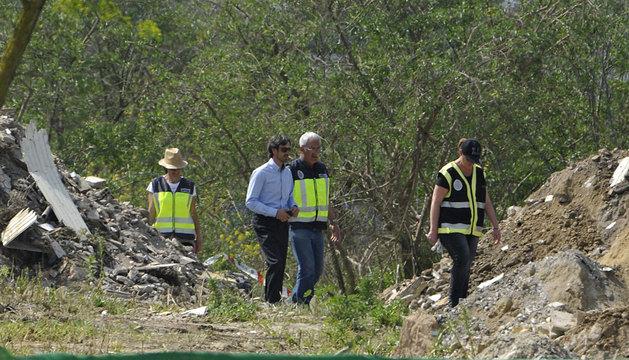La policía registra la escombrera de Camas.