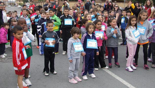 Un grupo de niños espera su turno para comenzar la carrera por las calles de Castejón