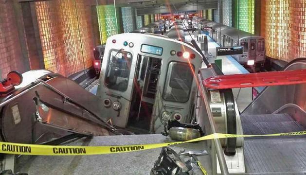 El tren ha quedado sobre una escalera mecánica.
