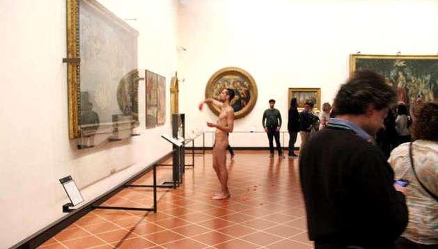 Un turista español se desnuda ante el cuadro de El nacimiento de Venus