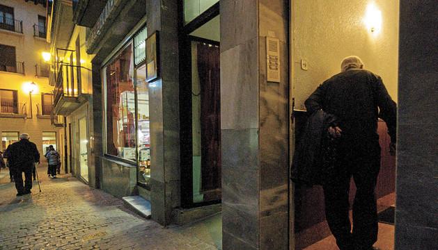 Un vecino de Estella de avanzada edad entrando el pasado viernes en el portal de una vivienda al anochecer