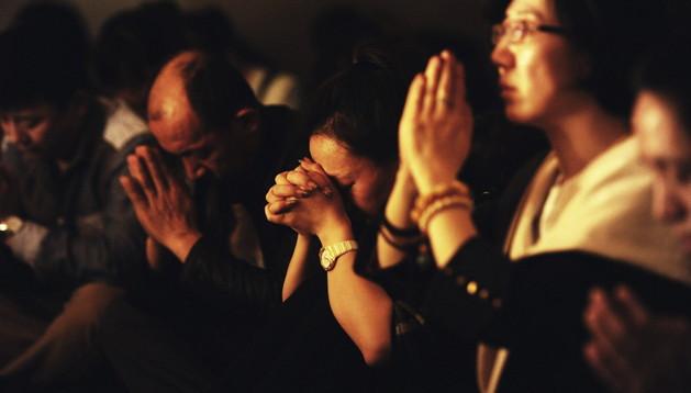 Familiares de los pasajeros del vuelo MH370 de Malaysian Airlines desaparecido el pasado 8 de marzo ofrecen oraciones por sus parientes